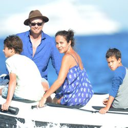 Simon Baker junto a sus tres hijos en la costa de Saint Tropez
