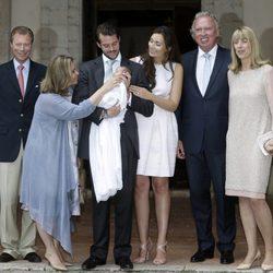 Los Príncipes Félix y Claire de Luxemburgo con la Princesa Amalia y sus padres el día de su bautizo
