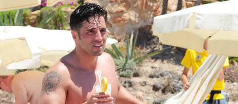 David Bustamante tomando un refresco durante sus vacaciones de verano en Ibiza