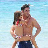 David Bustamante con su hija Daniella dándose un chapuzón en Ibiza