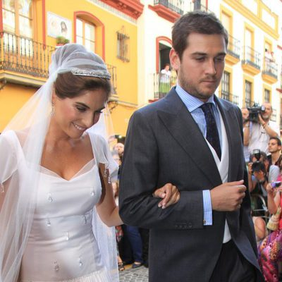 Lourdes Montes con su hermano Curro llegando a su boda religiosa con Fran Rivera