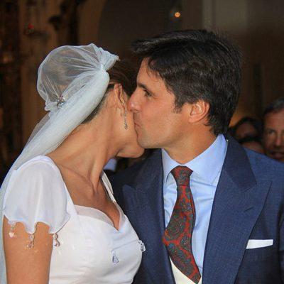 Fran Rivera y Lourdes Montes besándose tras su boda religiosa en Sevilla