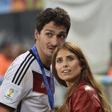 Mats Hummels con su novia Cathy Fischer celebrando la victoria de Alemania en el Mundial de Brasil 2014