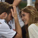 Mario Götze con su novia Ann-Kathrin Brommel celebrando la victoria de Alemania en el Mundial de Brasil 2014