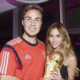 Mario Götze con su novia Ann-Kathrin Brommel junto a la Copa del Mundial de Brasil 2014