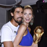 Sami Khedira con su novia Lena Gercke junto a la Copa del Mundial de Brasil 2014