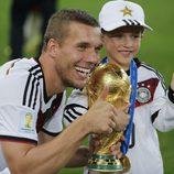 Lukas Podolski con su hijo Louis celebrando la victoria de Alemania en el Mundial de Brasil 2014