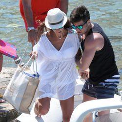 David Bustamante ayuda a Paula Echevarría a subir a una lancha en Ibiza