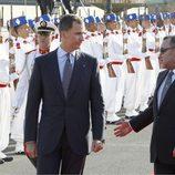 El Rey Felipe VI y la Reina Letizia son recibidos por Mohamed VI en el aeropuerto de Rabat