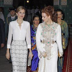 La Reina Letizia y Lalla Salma a su llegada a la cena de gala ofrecida en Marruecos