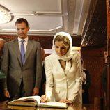 Los Reyes Felipe y Letizia firmando en el libro de honor del Mausoleo del Rey Mohamed V en Rabat