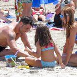 David Bustamante y Paula Echevarría jugando en la arena con su hija Daniella