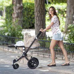 Sara Carbonero pasea por un parque de su pueblo natal junto a Martín Casillas