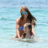 Paula Echevarría jugando en el mar con su hija Daniella