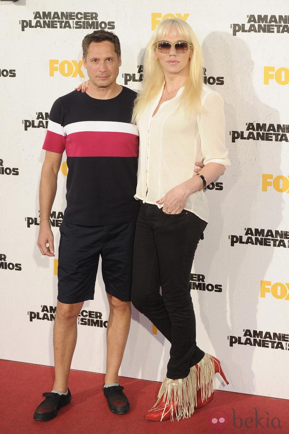 Topacio Fresh y su marido en el estreno de 'El amanecer del planeta de los simios' en Madrid