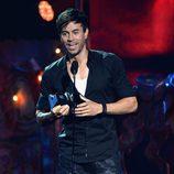 Enrique Iglesias recoge su galardón en los Premios Juventud 2014