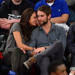 Chace Crawford y Rachelle Goulding muy cariñosos