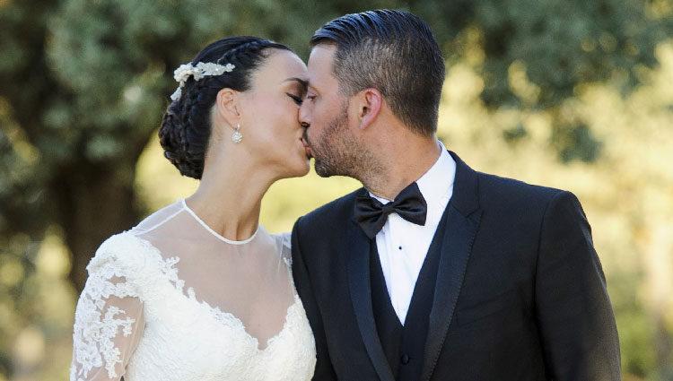 René Ramos y Vania Millán besándose el día de su boda