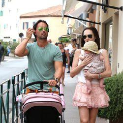 Tamara Ecclestone y Jay Rutland paseando con su hija Sophia por Saint Tropez