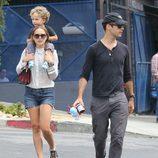 Natalie Portman pasea junto a Benjamin Millepied y su hijo Aleph Millepied