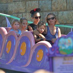 Nicole Richie junto a sus hijos Harlow Madden y Sparrow Madden en Disneyland