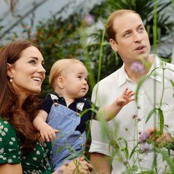 El Príncipe Jorge con los Duques de Cambridge en un posado con motivo de su primer cumpleaños