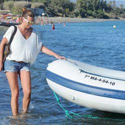 Alejandra Ortiz subiendo a una lancha en aguas de Marbella