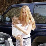Vanesa Lorenzo lleva en brazos a su hija Manuela en sus primeras vacaciones en Ibiza