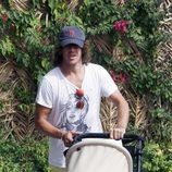 Carles Puyol lleva en el carricoche a su hija Manuela en Ibiza