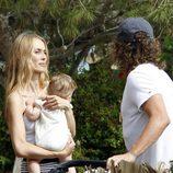 Carles Puyol y Vanesa Lorenzo en sus primeras vacaciones en Ibiza con su hija Manuela