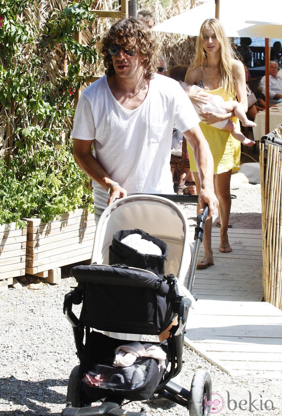 Carles Puyol y Vanesa Lorenzo con su hija Manuela en Ibiza