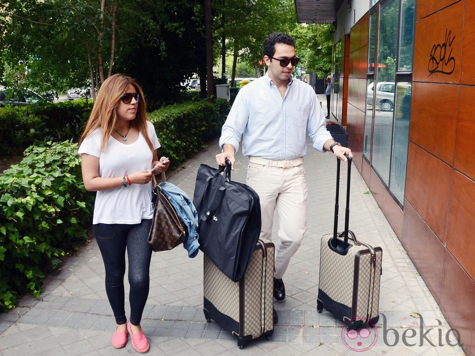 Chabelita y Alberto Isla con maletas por Madrid