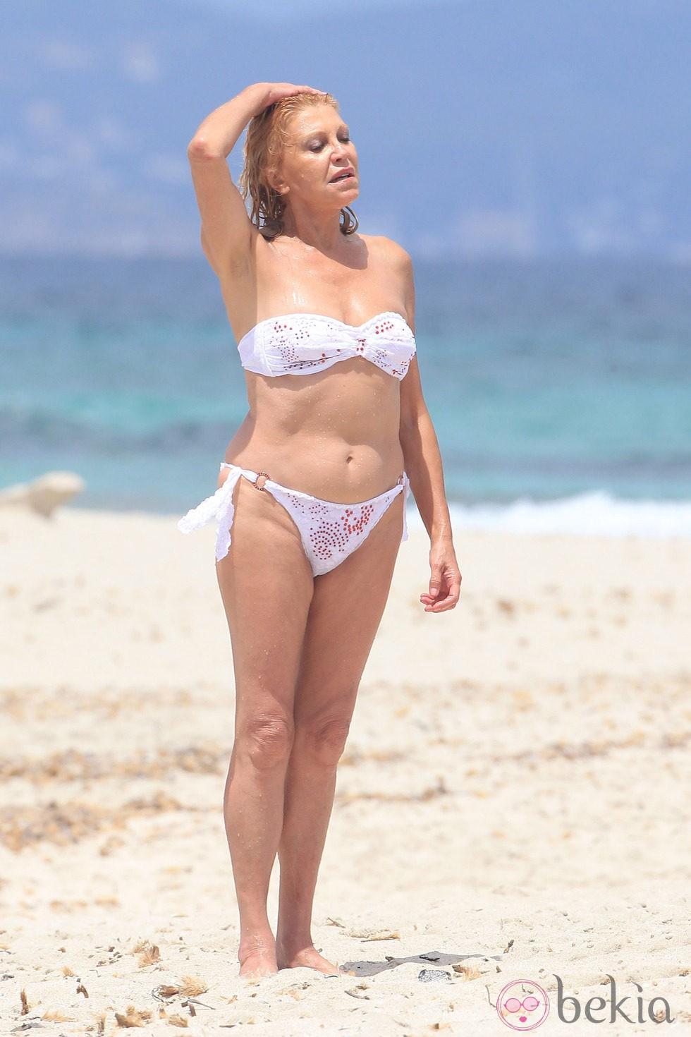 Carmen Cervera en las playas de Ibiza