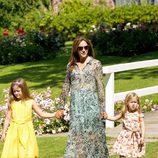 Mary de Dinamarca con sus hijas Isabel y Josefina en su posado de verano 2014