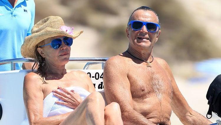 Carmen Cervera y Manolo Segura en un barco en Ibiza