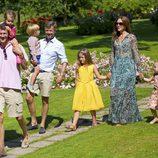 Joaquín de Dinamarca con su hija Athena y los Príncipes Federico y Mary con sus hijos Isabel, Vicente y Josefina en su posado de verano 2014