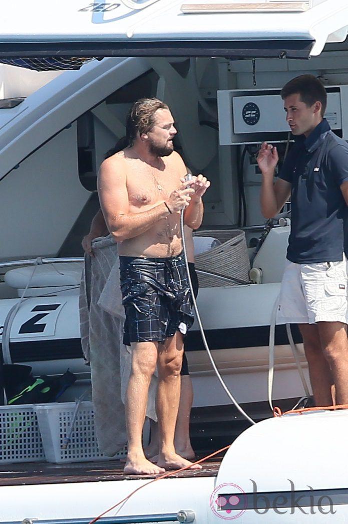 Leonardo DiCaprio dándose una ducha tras un chapuzón en Saint Tropez