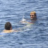 Alex Dellal y Andrea Casiraghi dándose un baño en aguas de Ibiza
