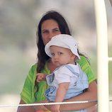 Tatiana Santo Domingo con su hijo Sasha en brazos en Ibiza