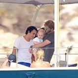 Alex Dellal y Andrea Casiraghi con su hijo Sasha en Ibiza