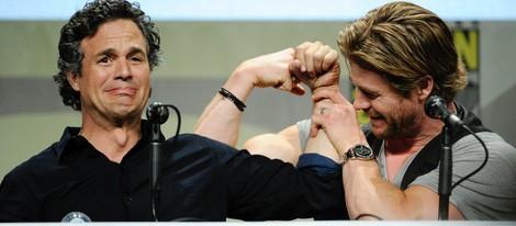Mark Ruffalo y Chris Hemsworth presentando 'Los Vengadores: La era de Ultrón' en la Comic Con 2014