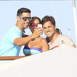 Paula Echevarría y David Bustamante se hacen un selfie con un amigo en Ibiza