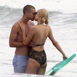 Paris Hilton desata su pasión con un misterioso hombre en Malibú