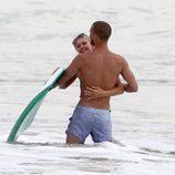 Paris Hilton abraza a su amigo en la playa de Malibú
