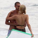 Paris Hilton se da un chapuzón con un misterioso hombre en Malibú