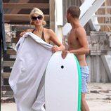 Paris Hilton con una toalla tras el chapuzón junto a su nuevo amigo en Malibú