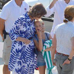 La Reina Sofía besa a su nieta Irene en el club náutico de Calanova