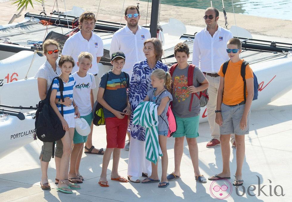 La Reina Sofía con sus seis nietos mayores y la Infanta Elena en Mallorca