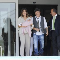 Raquel Perera y Alejandro Sanz salen de la clínica con su hija Alma