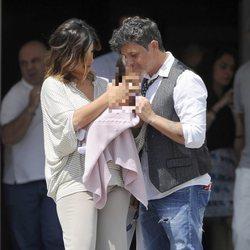 Alejandro Sanz y Raquel Perera miran a su hija Alma en su presentación